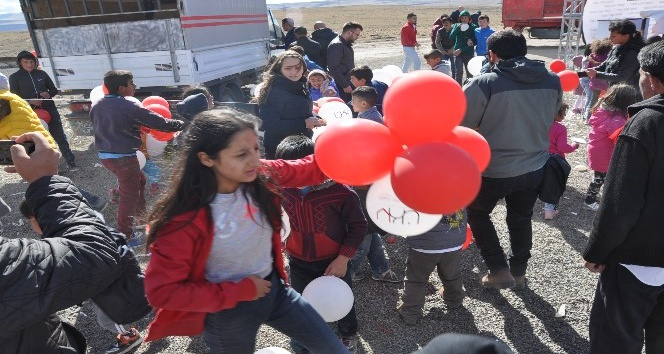Çocukların balon kapma yarışı izdihama neden oldu