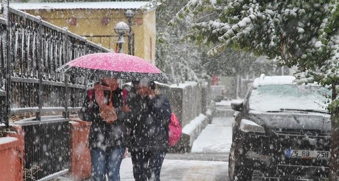 Ardahan kent merkezine yılın ilk karı yağdı