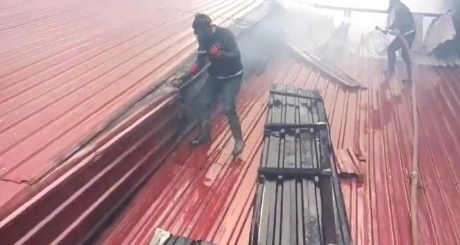 Doğubayazıtta fırının çatısında çıkan yangın korkuttu