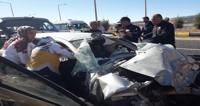 Otomobil, kavşakta kamyona arkadan çarptı: 3 ölü