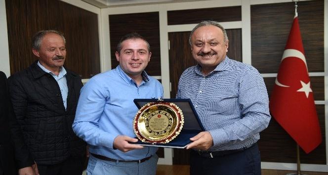 Duyarlı otobüs şoförüne, Belediye Başkanı Tahsin Babaştan plaket
