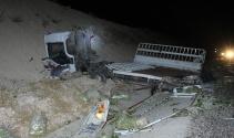 Tır yol kenarında arıza yapan kamyonete çarptı: 2 kişi hayatını kaybetti