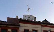 Güneş ve rüzgar ile kendi elektriğini kendisi üretiyor