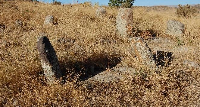 (Özel haber) 500 yıllık mezarlar definecilerin hedefi haline geldi