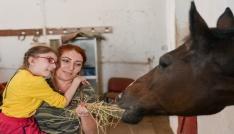Özel çocuklar için atlı terapi