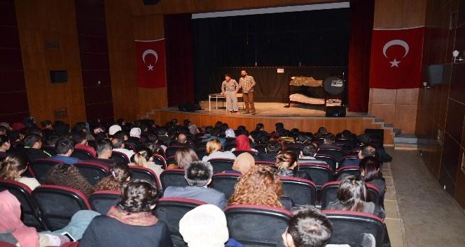 Yılmaz Erdoğanın yazdığı tiyatro oyunu Yüksekovada sahnelendi