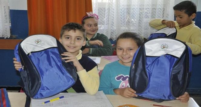 Gölpazarında bin 20 öğrenciye okul çantası hediye edildi