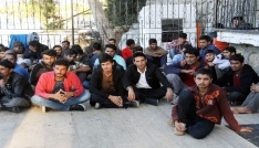 Arızalanarak denizde sürüklenen teknedeki 71 kaçak göçmen kurtarıldı