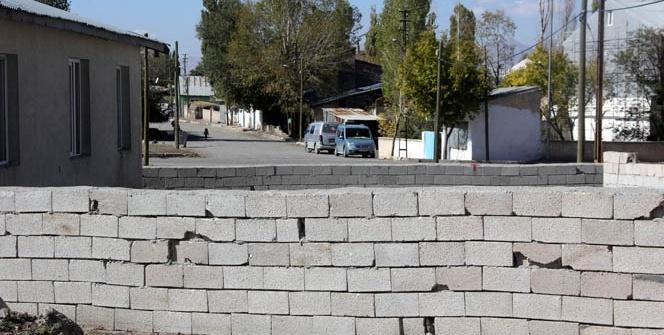 60 yıllık yola duvar çekti