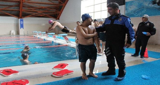 Polisten engelli çocuklara işaret diliyle yüzme eğitimi
