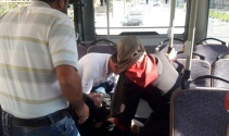 Bayılan genç kız halk otobüsüyle hastaneye yetiştirildi