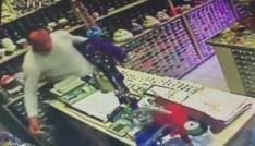(Özel Haber) Müşteri kılığında geldiği dükkanda cep telefonunu çaldı