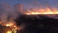 Anız yangını ikametlere sıçramadan söndürüldü