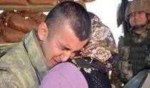 Sınırda nöbet tutan askerle ailesinin duygulandıran buluşması