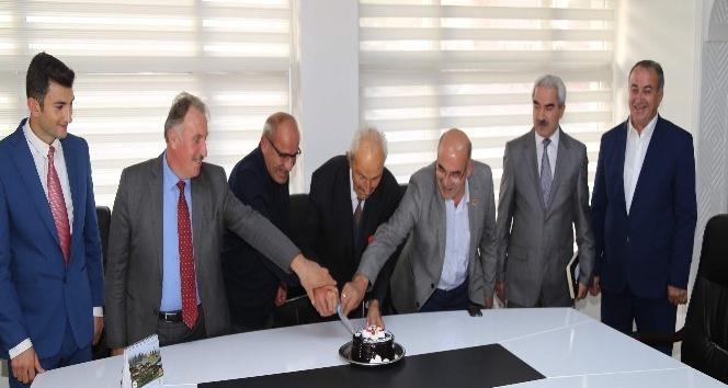 Türkiye'nin en yaşlı ozanına sürpriz doğum günü pastası