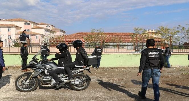 Diyarbakır'da Narkotim ekipleri okul önlerinde göz açtırmıyor