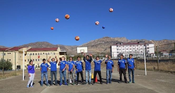 Lice belediyesi okullara spor malzemesi dağıttı