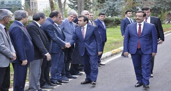Vali Güzeloğlu'ndan Başkan Atilla'ya ziyaret