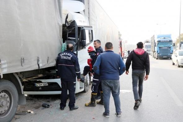 Tır kabininde sıkışan şoför itfaiye ekiplerince kurtarıldı