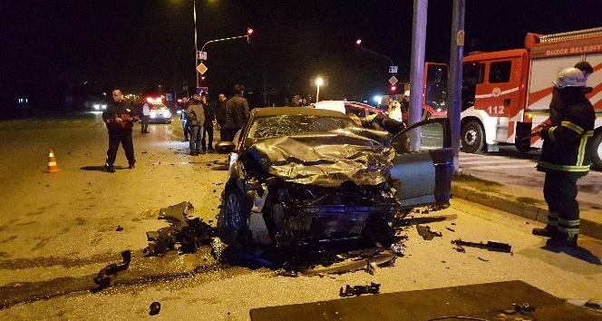 İki otomobil çarpıştı 1 kişi öldü 2 kişi yaralandı