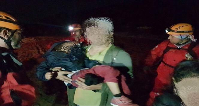 İzmir'de dağda kaybolarak uçurumda mahsur kalan aile kurtarıldı