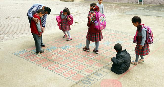 Suriye sınırındaki okulda öğrencilerine oyun oynatarak matematik öğretiyor