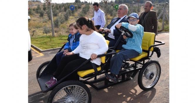 Down Sendromlu ve işitme engelli çocuklarla mutluluğa pedal çevirdiler
