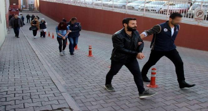 Sosyal medyadan terör örgütlerinin propagandasını yapan 3 kişi yakalandı