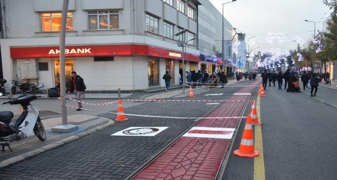 Tramvay yolunda boyama çalışması yapıldı