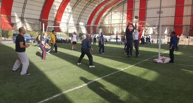 Yazıhan'da kurumlararası voleybol turnuvası düzenlendi