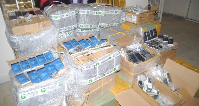 Minibüsün içinden 20 milyon liralık kaçak telefon çıktı
