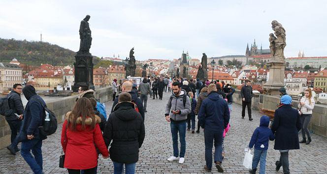 Çek Cumhuriyetinin Kral Köprüsü 700 senelik tarih taşıyor