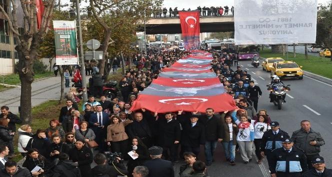 Beşiktaş'ta bin 94  metrelik dev Türk bayrağıyla binler Dolmabahçe'ye yürüdü