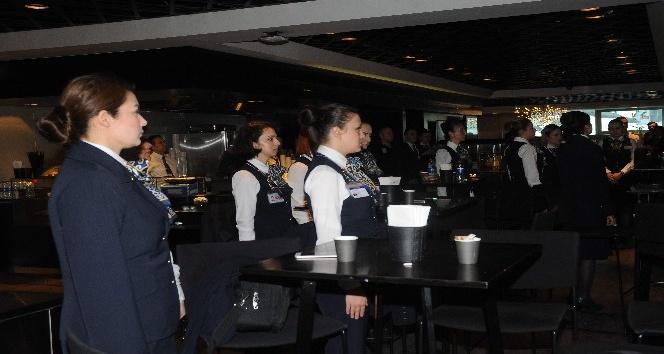 Pilotlar ve hosteslerden Ata'ya saygı duruşu