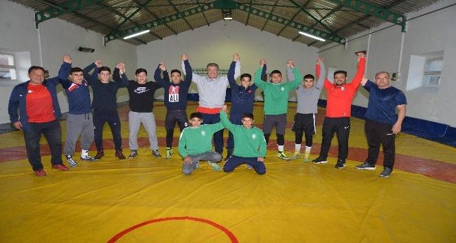 Kayseri Şekerspor Milli Güreşçisi altın madalyayı Başkan Akay'a takdim etti