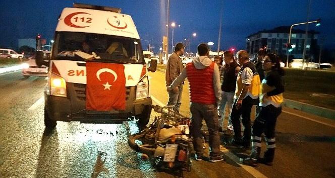Ambulans motosikletliye çarptı