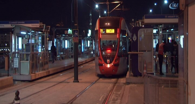 Karaköyde kontrolden çıkan otomobil tramvay yoluna girdi, seferler aksadı