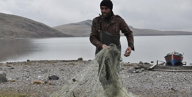 2 bin 180 rakımlı gölde balıkçılıkla geçimini sağlıyor