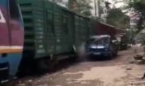 Tren kamyoneti parçaladı
