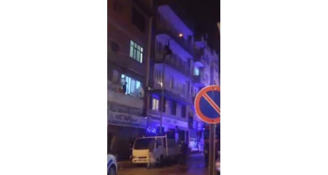 Binanın 2'nci katından atladı, direkte asılı kaldı