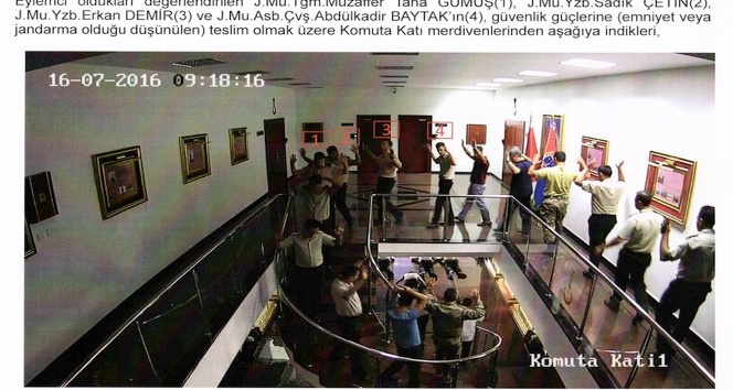 Jandarma Genel Komutanlığındaki darbecilerin gözaltına alınma anının fotoğrafları ortaya çıktı