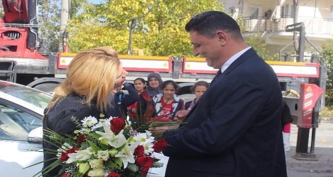 Öğretmene okul önünde vinçli evlilik teklifi