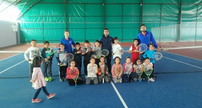 Öğrenciler tenis öğreniyor