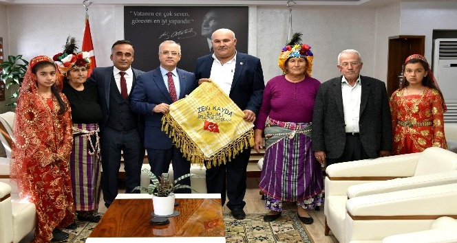 Başkan Kayda'ya, deveci poşusu hediye edildi