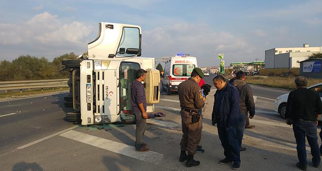 Servis minibüsü ile kamyon çarpıştı: 1 yaralı