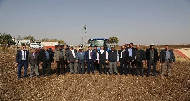 Başkan Tahmazoğlu, çiftçilerle tohum ekti