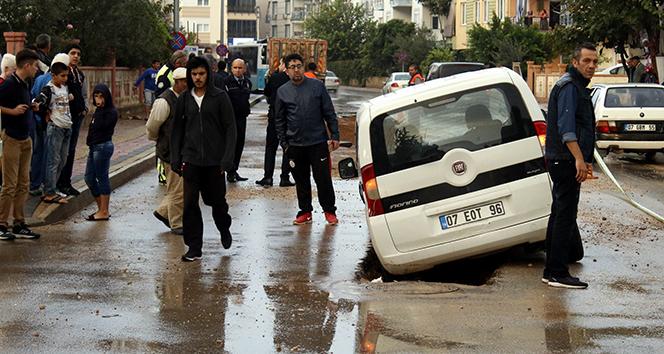 Antalyada yol çöktü: 2 araç mahsur kaldı