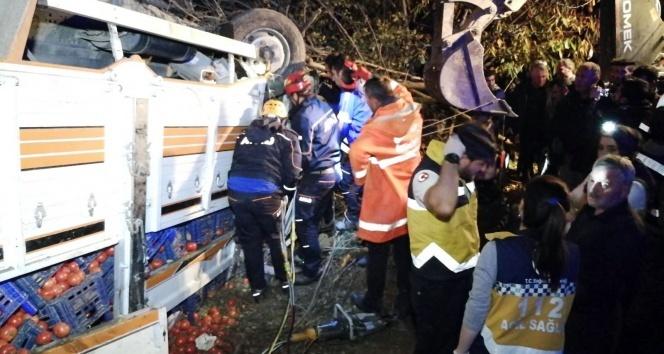 Domates yüklü kamyon traktöre çarptı: 1 ölü, 1 yaralı