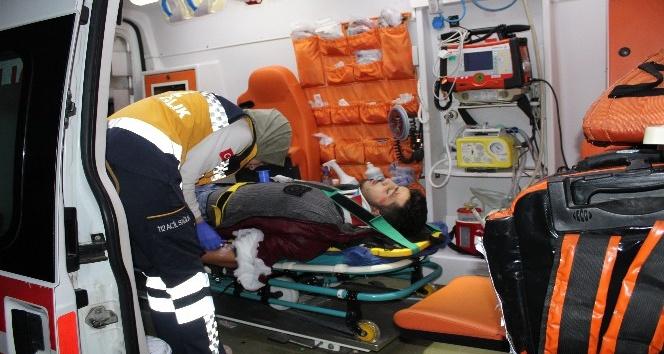 Kamyona çarpan otomobilin tavanı uçtu: 1'i ağır 4 yaralı