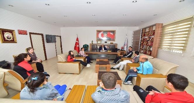 Osmaniyeli özel sporcular madalya sevinçlerini Demir'le paylaştı